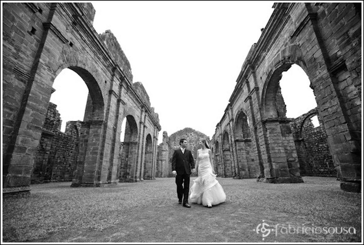 casados e caminhando juntos em São Miguel das Missões preto e branco