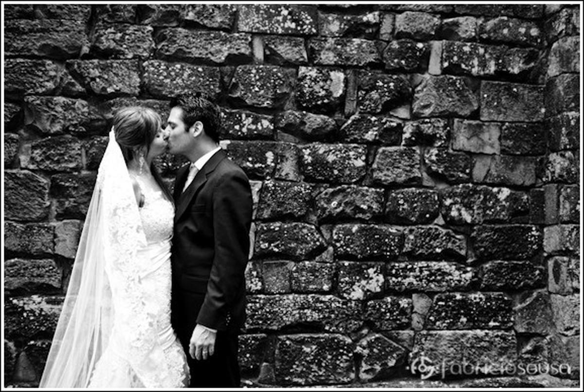 beijo do casal recem-casado no Rio grande do Sul p