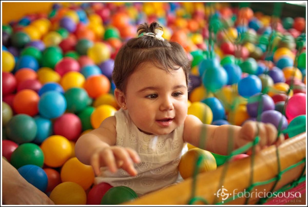1 aninho Luiza brincando na piscina de bolinhas