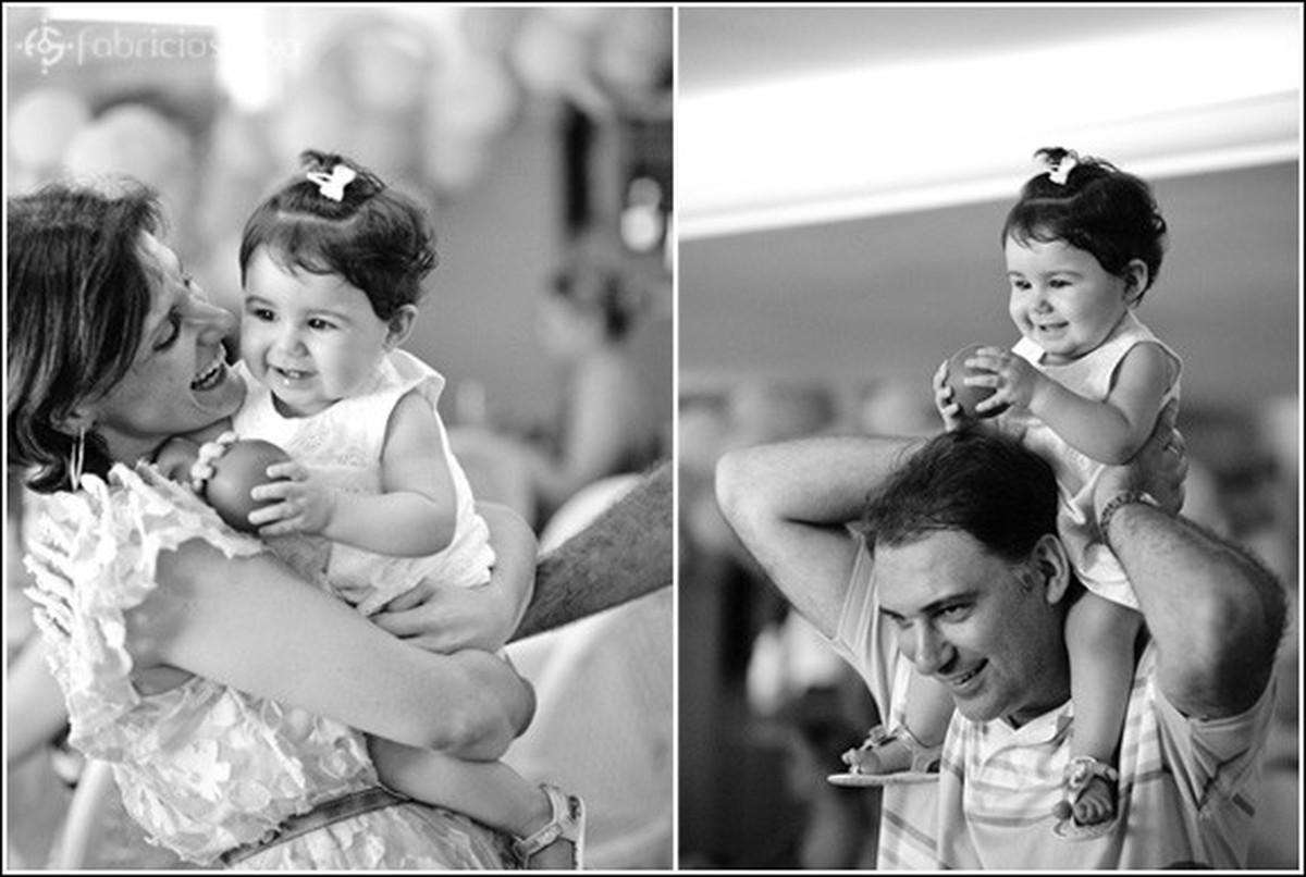 1 ano Luiza no cangote do pai preto e branco à direita e no colo da mãe à esquerda