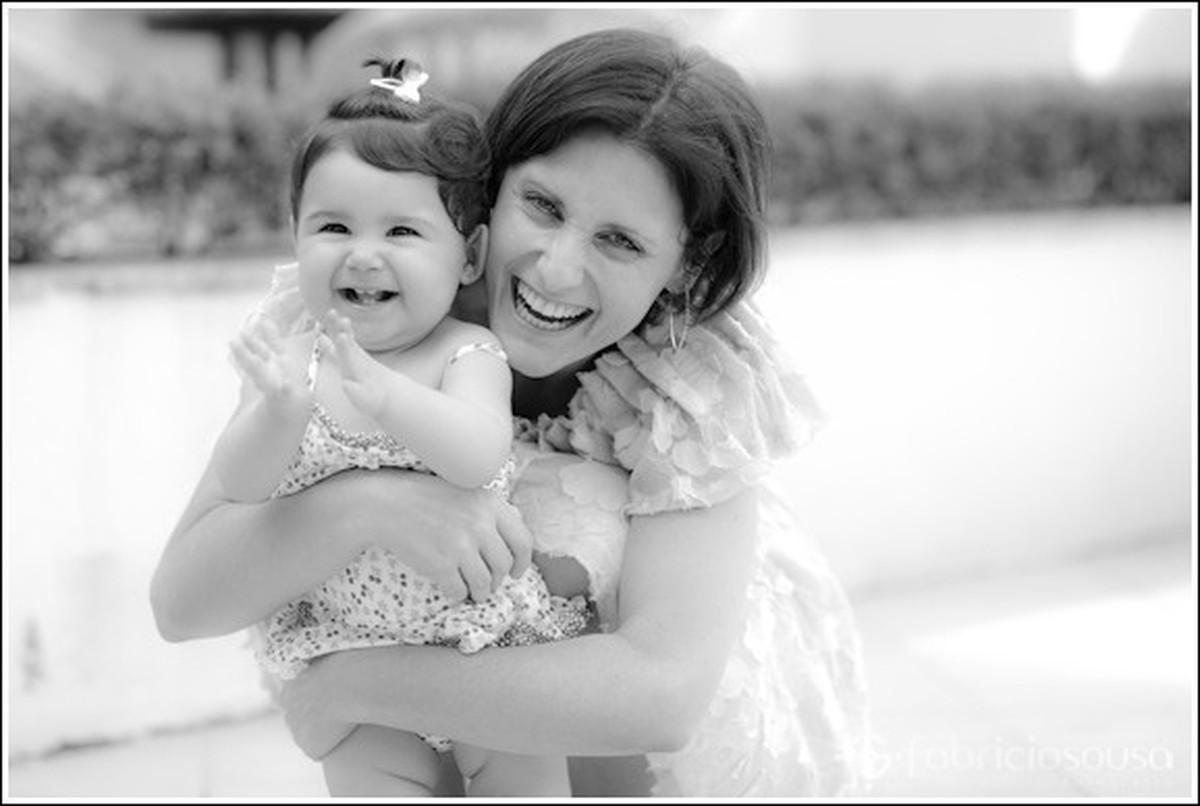 mamãe orgulhosa com filha no colo preto e branco aniversário