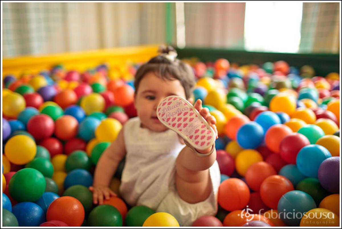 1 ano Luiza pegando no pézinho - criança na piscina de bolinhas