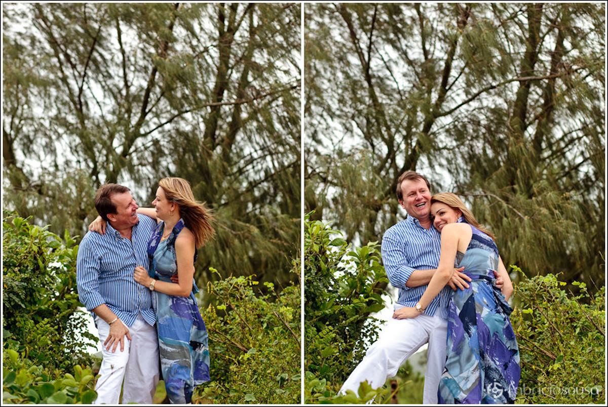 Montagem de duas fotos, à esquerda o casal de namorados se olham sorridentes, à direita se abraçam no meio da natureza