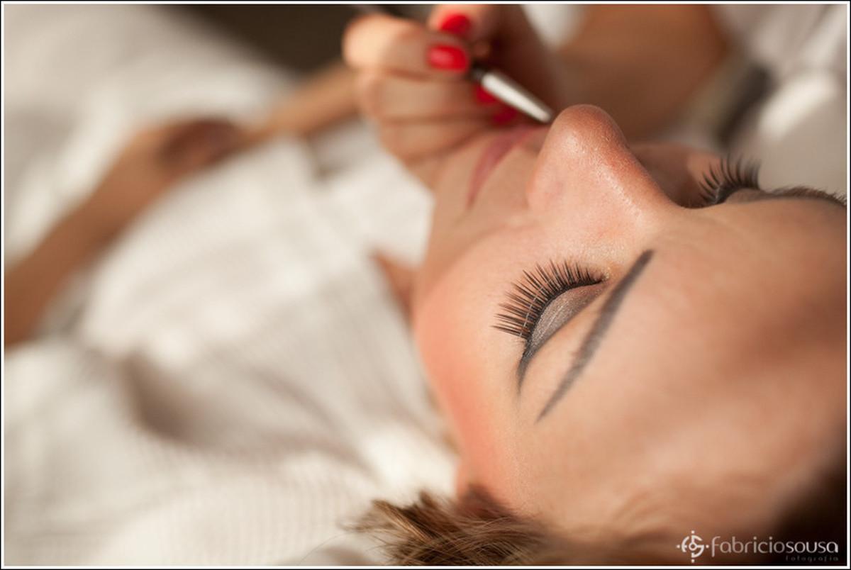 Leila sendo maquiada