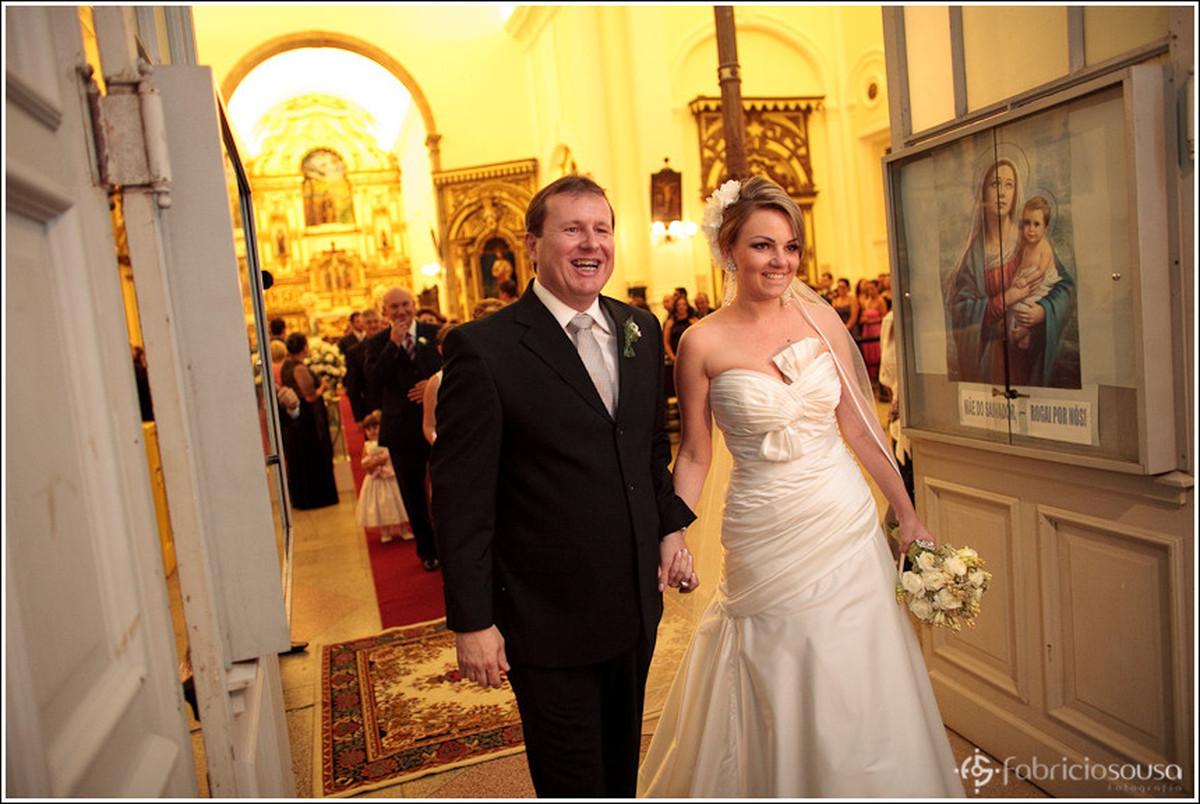 Saída do casal Ricardo e Leila da Catedral de Florianopolis