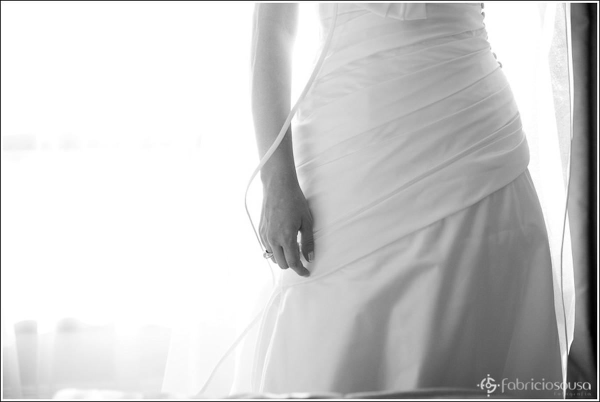 Detalhe na altura da cintura do vestido da noiva em preto e branco