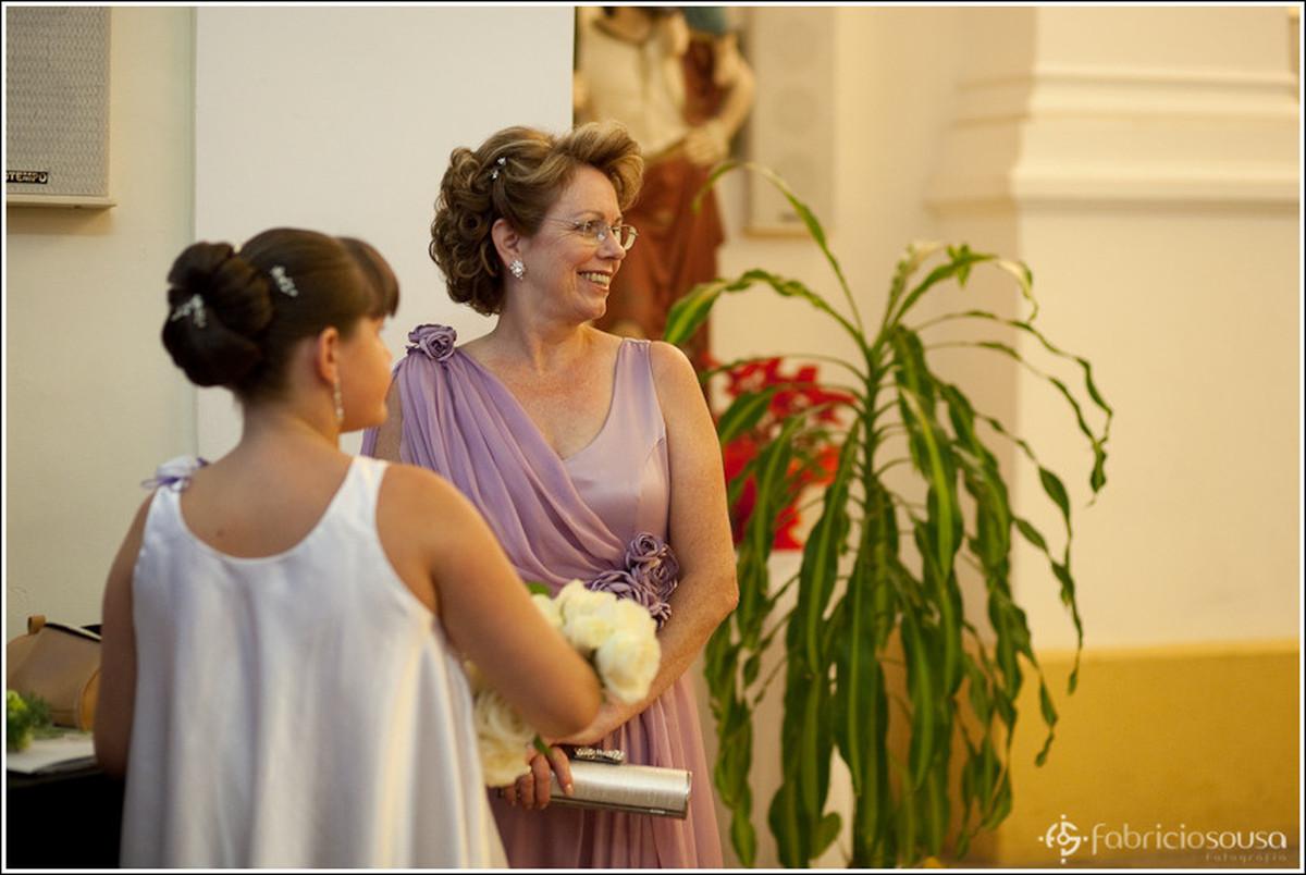 Mãe da noiva aguarda ansiosa a entrada da noiva filha Leila