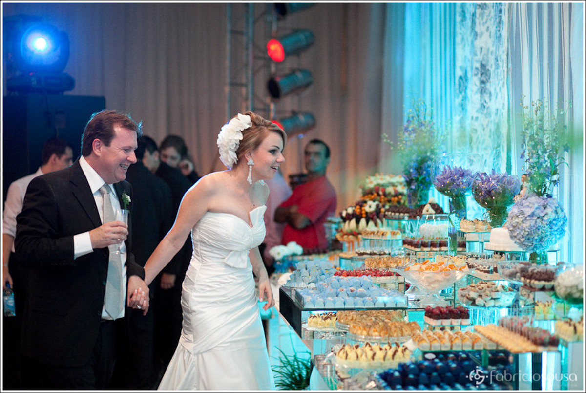 Ricardo e Leila conferem a mesa de doces