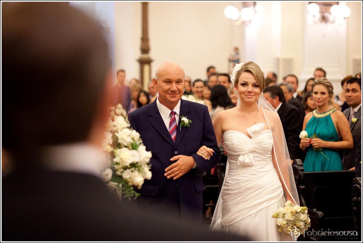 Leila caminha até o altar acompanhada de seu pai