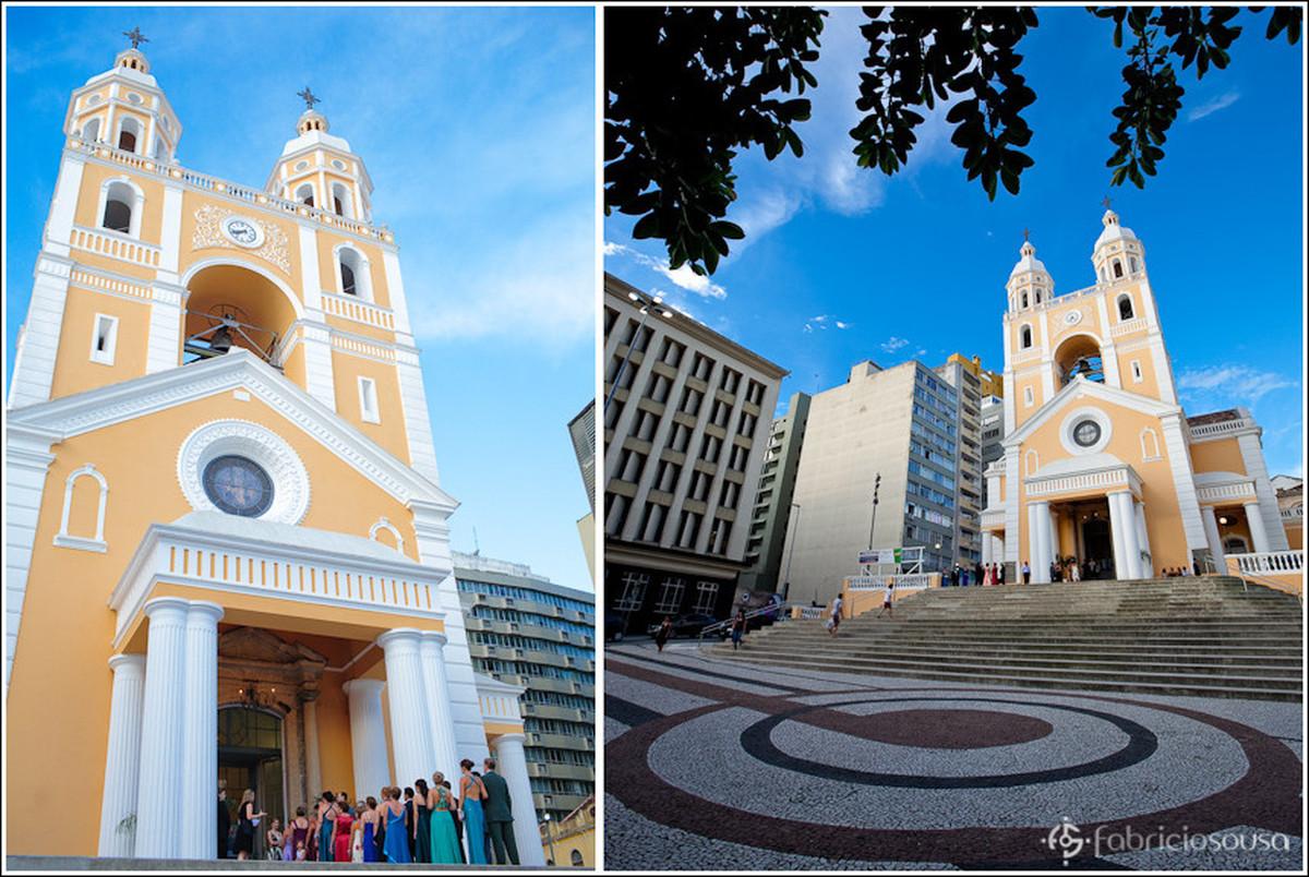 Montagem com duas imagens, à esquerda a Catedral Metropolitana de Florianópolis com os padrinho enfileirados e à direita plano geral da fachada da Igreja