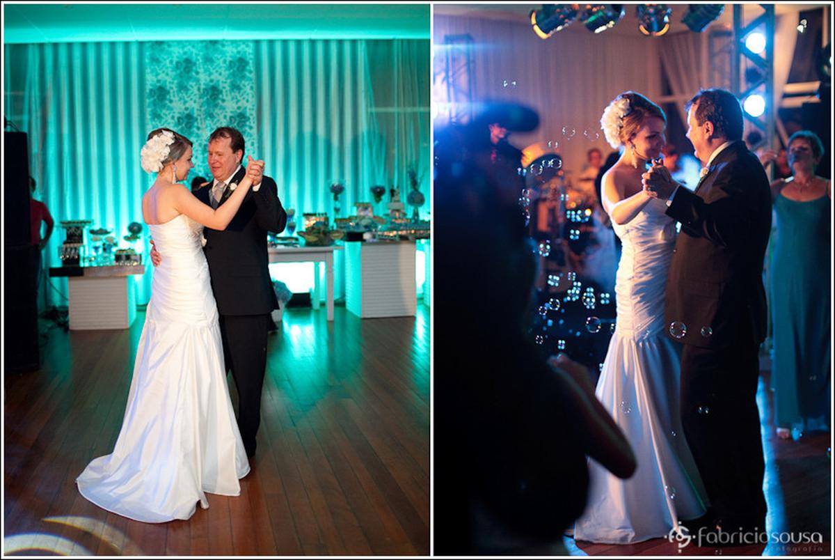 Montagem de duas imagens, à esquerda o casal abre a pista de dança, à direita os noivos dançam na pista de dança com bolhas de sabão no ar