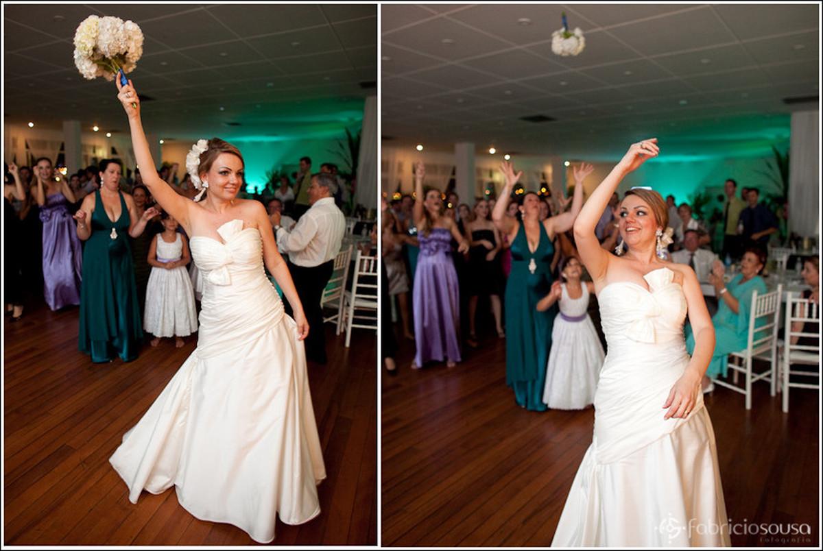 Montagem de duas imagens, á esquerda a noiva ameaça jogar o buque, à direita Leila joga o buque para as pretendentes