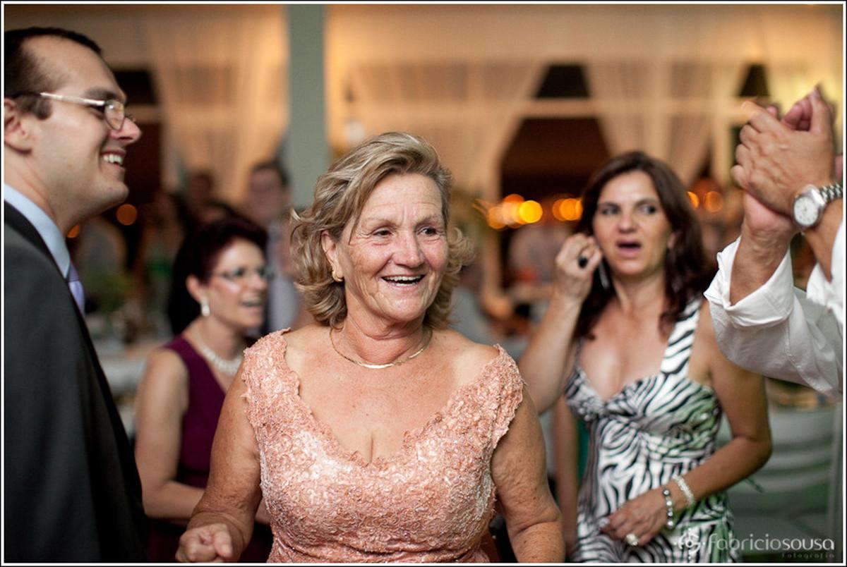 Familiares parentes e mãe da noiva felizes na pista de dança do clube Veleiros em Floripa