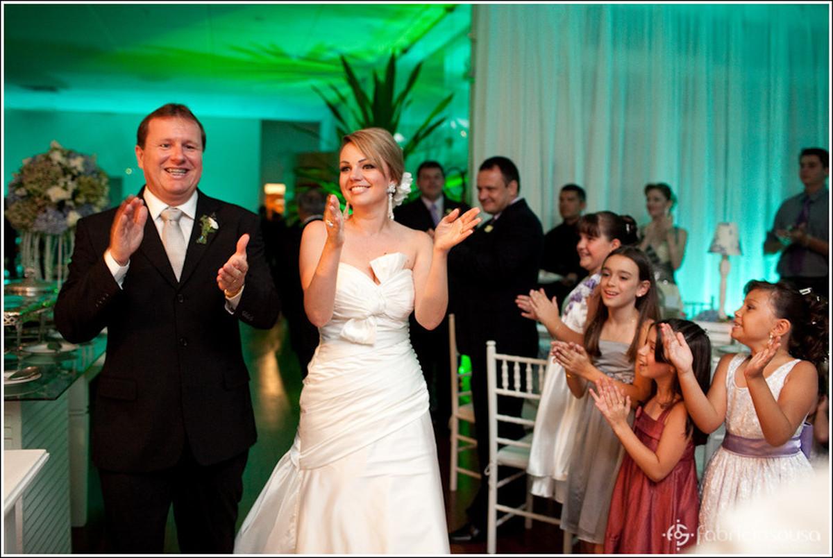 Entrada do casal de namorados noivo e noiva na recepção no Clube Iate Veleiros da Ilha em Florianópolis