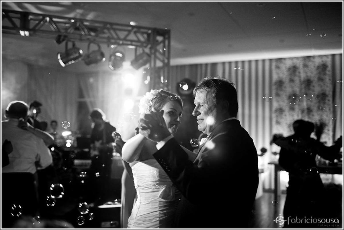 Noivos na pista de dança com bolhas de sabão no ar preto e branco