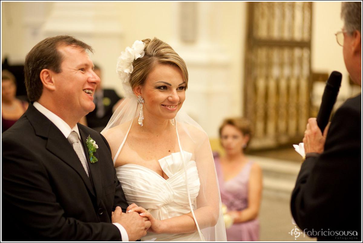 Casal de noivos felizes no altar da Catedral