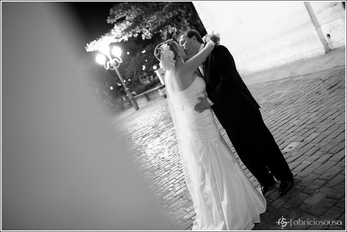 Casal beija na sessão de fotos pelas ruas do centro de florianópolis preto e branco