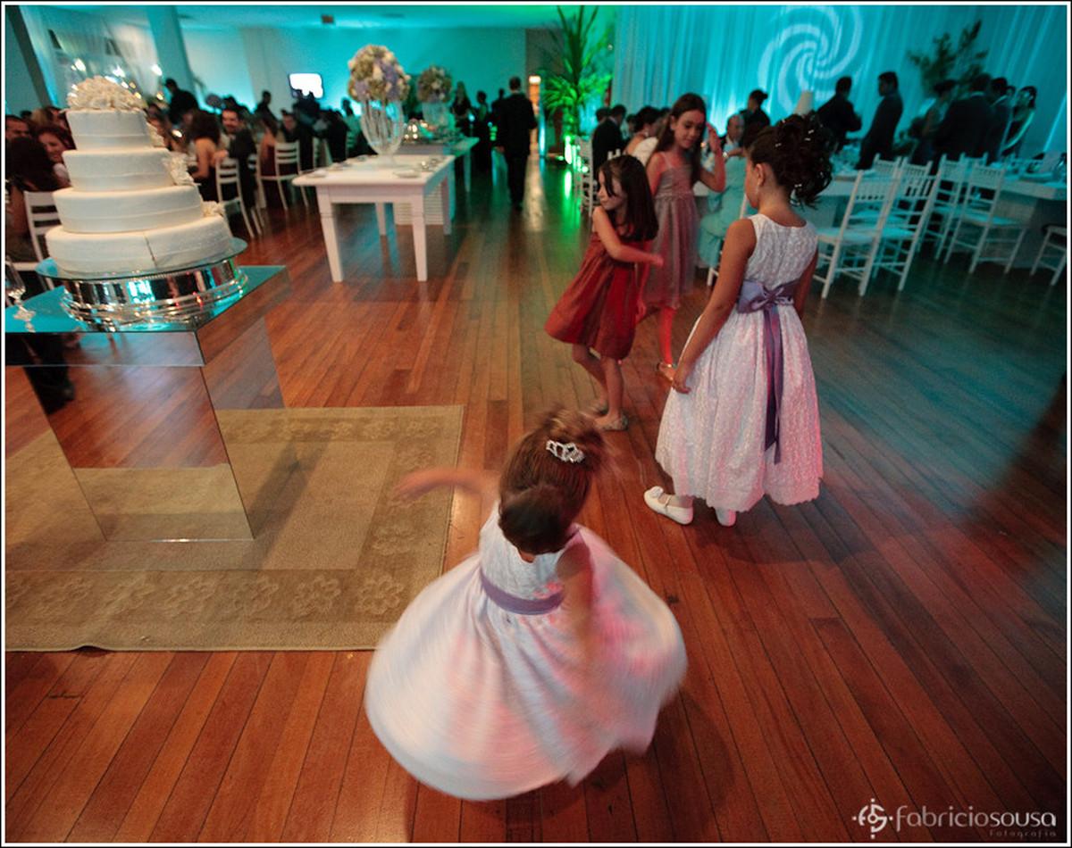 Daminhas e crianças se divertem na pista de dança