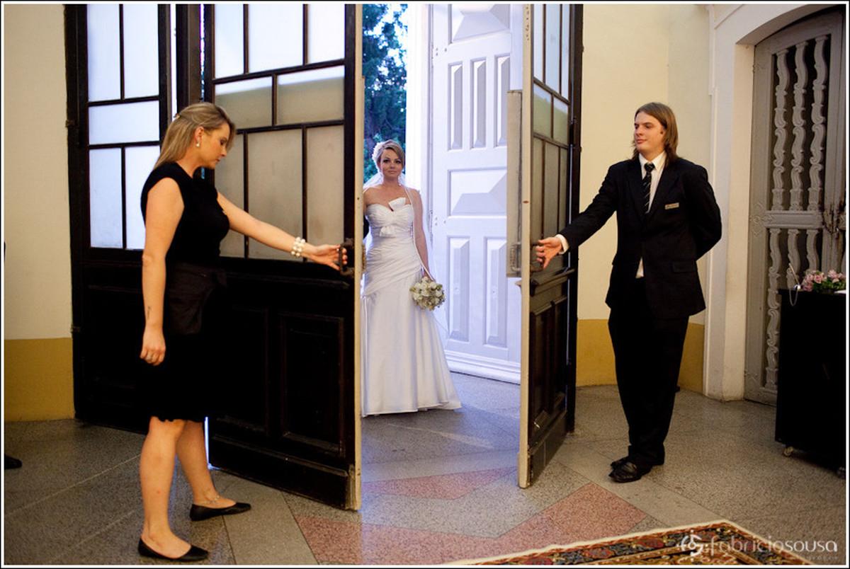 Profissionais abrem as portas da Catedral Metropolitana de Floripa para entrada da noiva Leila