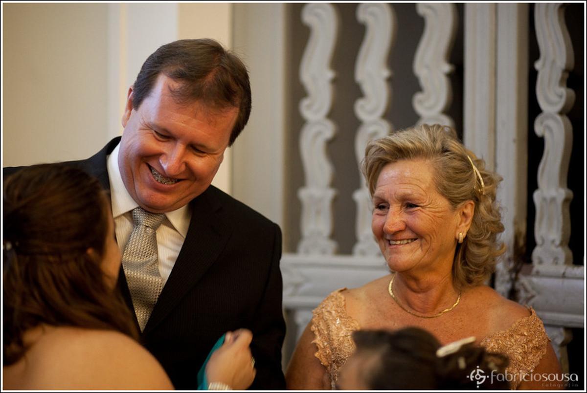 Ricardo noivo sorridente esperando a noiva ao lado de sua mãe