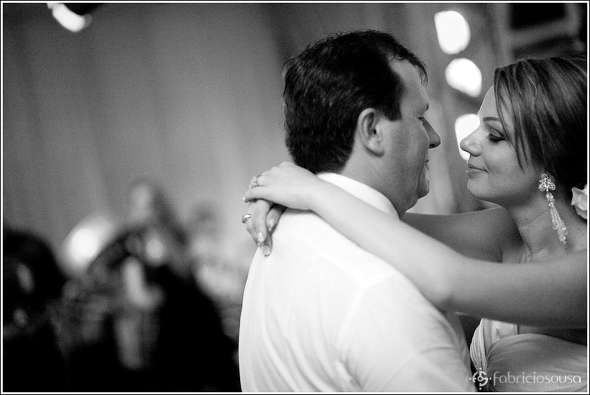 Detalhe dos recem casados em foco abraçados e rosto próximo em preto e branco