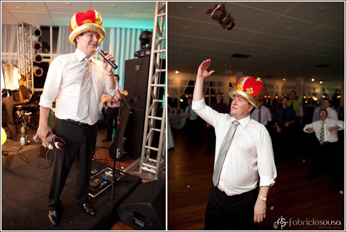 Montagem de duas fotos, à esquerda o noivo discursa ao microfone, à direita noivo lança boneco de Santo Antônio para os amigos colegas parentes familiares