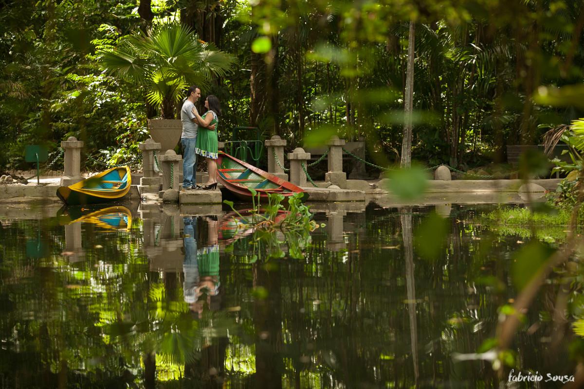 casal à beira do lago no jardim botânico da Amazonia em Belém do Pará