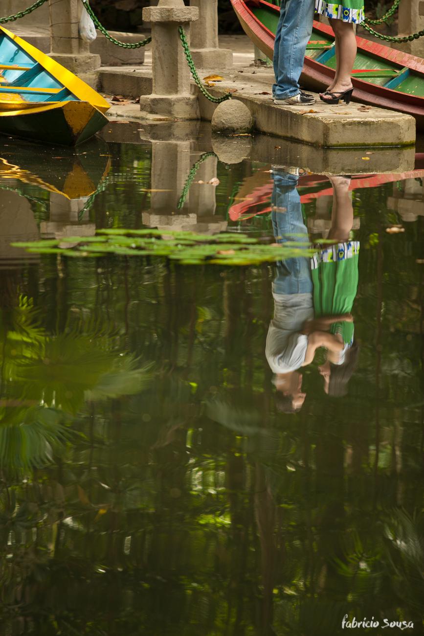 detalhe dos pés e reflexo do casal no lago do bosque rodrigues alves em Belem