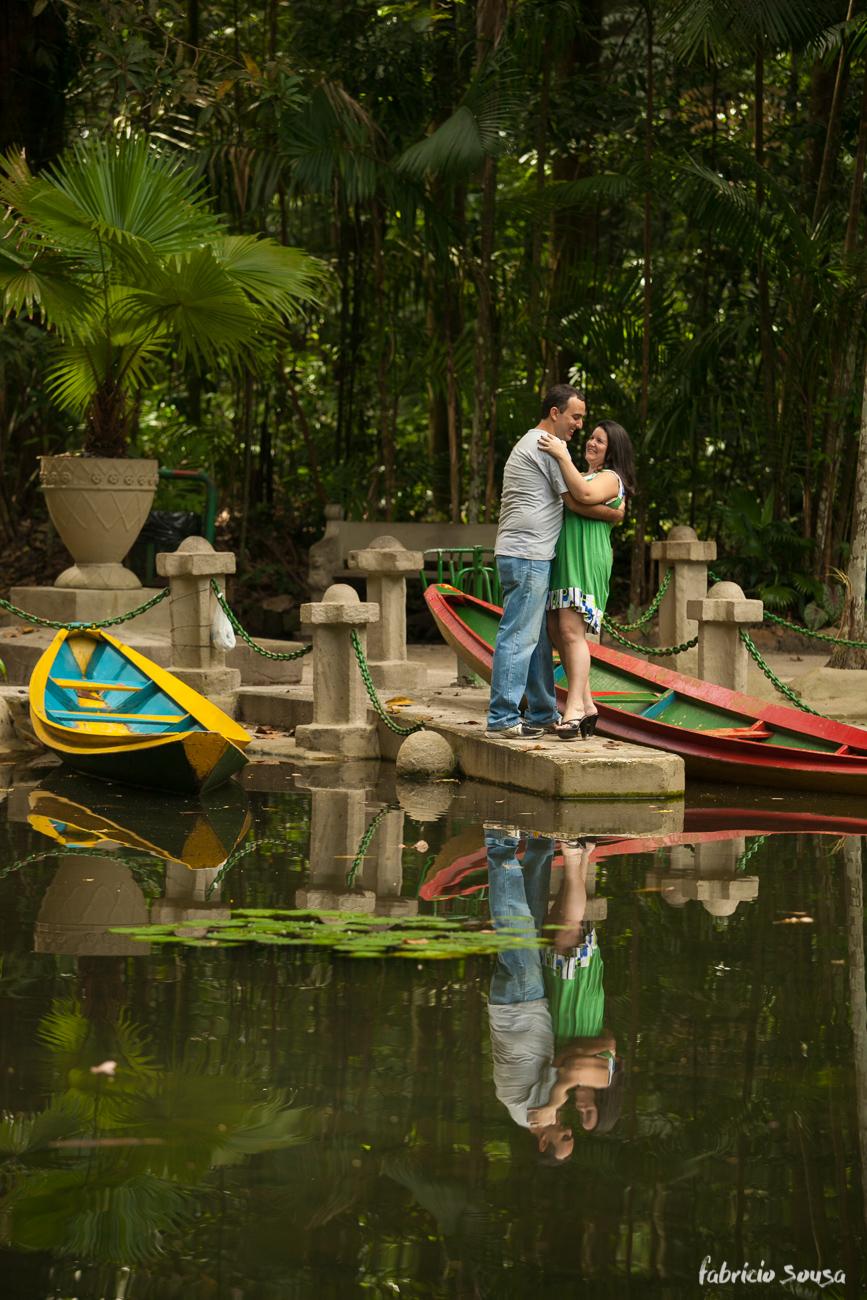 namorados de divertem nas fotos antes do casamento