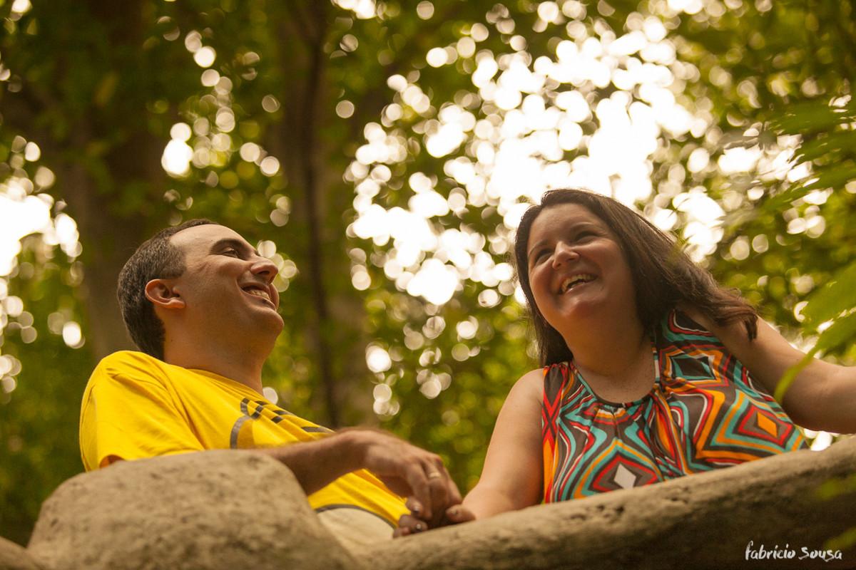 casal apreciando a paisagem no castelinho do bosque