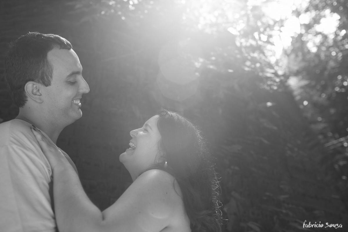 Fotografia preto e branco de casal em contra luz