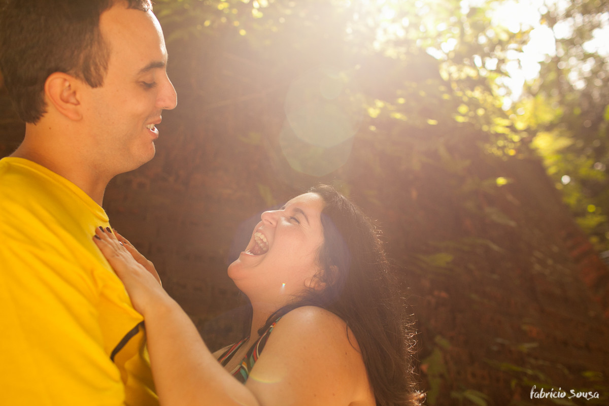 noiva vibra em ensaio de namorados com belo contraluz