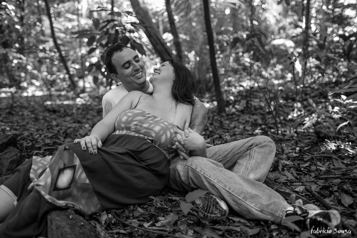 Aline se apoia no colo de Delage em preto e branco sentados sobre folhas no chão