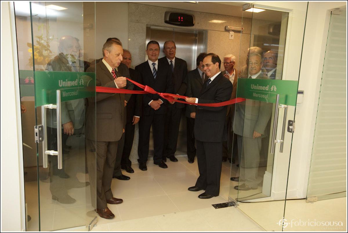 abrindo a faixa de inauguração da nova sede