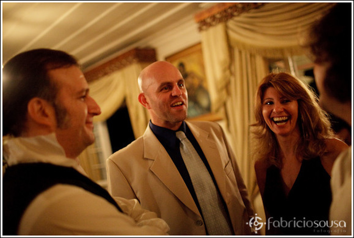 Noivo socializa com amigos, parentes e convidados