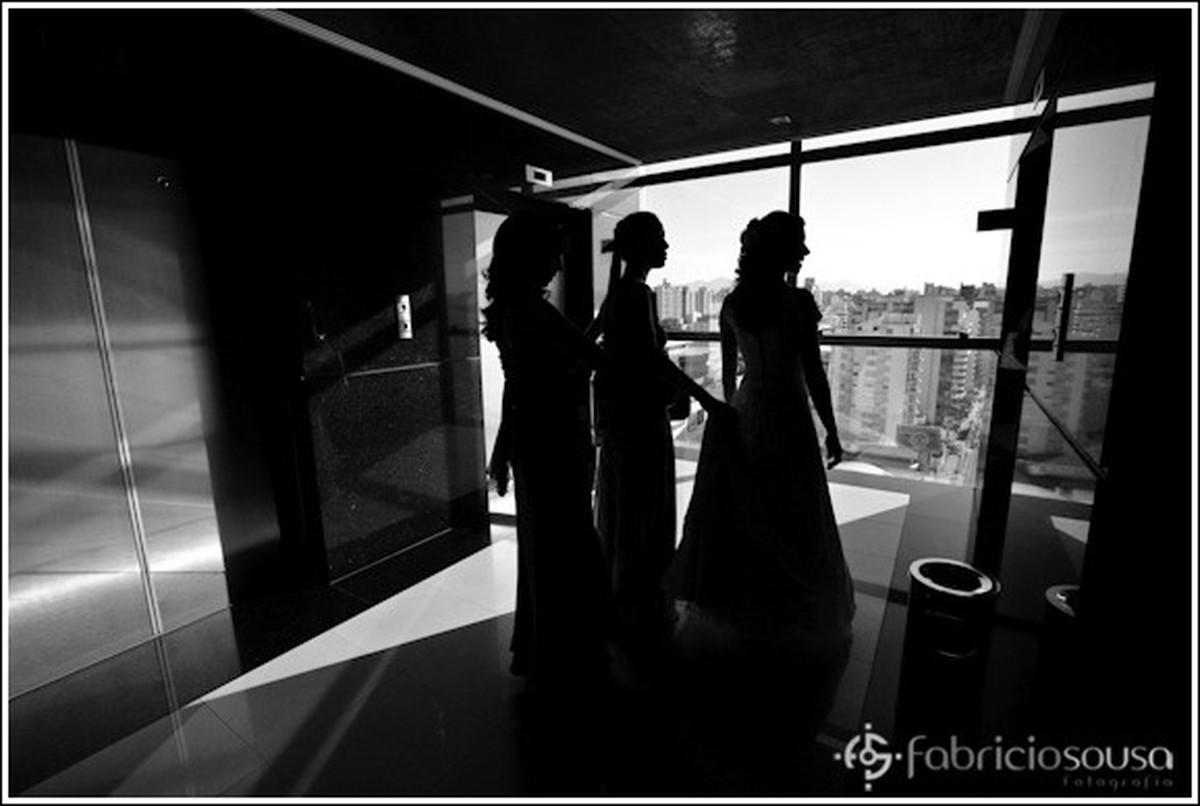 Contra luz noiva na saída do hotel