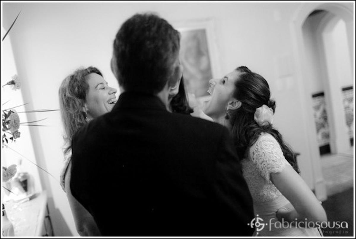 Noiva descontraída com amigas e parentes