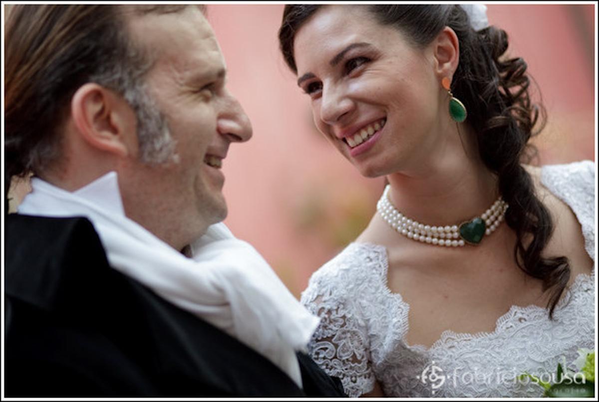 Detalhe aproximado da felicidade do noivo e da noiva