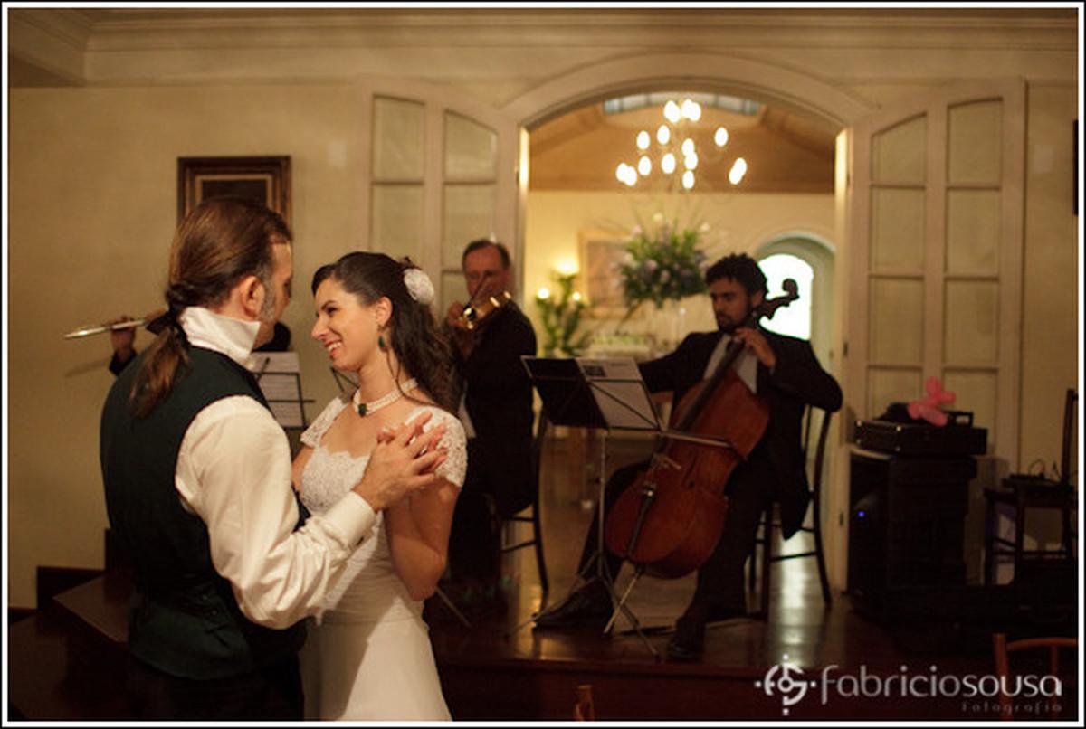 Casal de noivos dançam em frente aos músicos