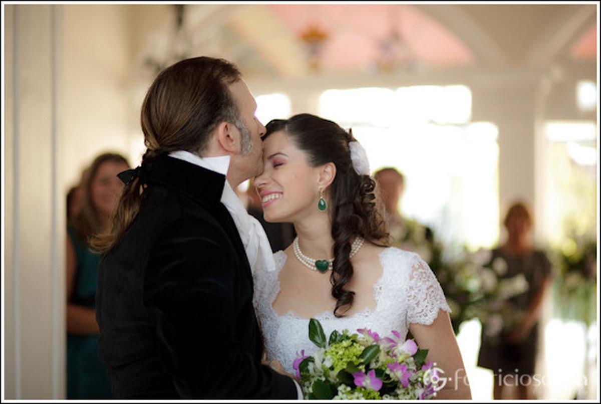 Noiva recebendo cumprimento do noivo
