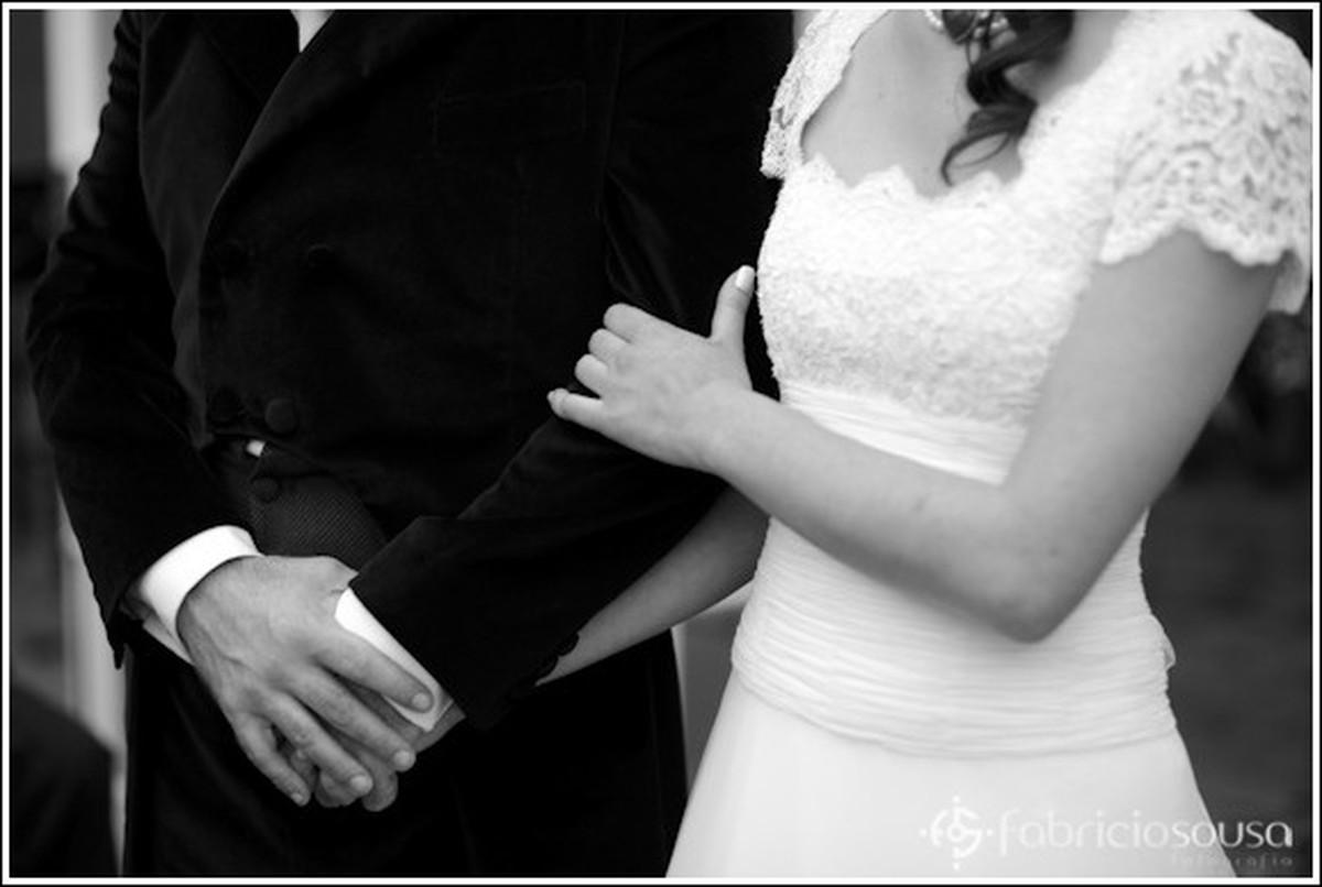 Casal de braços juntos e mãos dadas