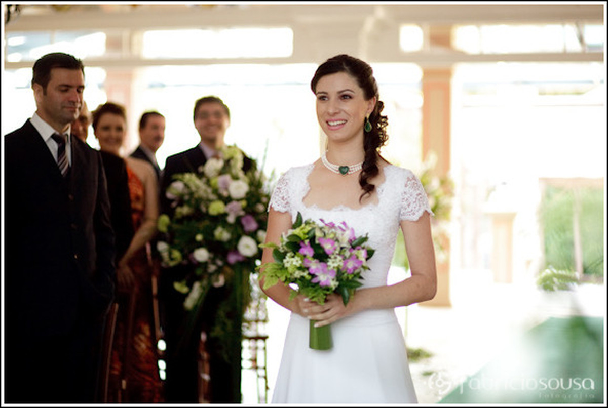 Entrada da noiva segurando buque