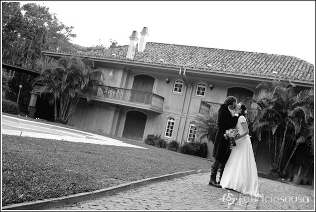 Beijo do casal em frente à piscina na Casa Rosa na Lagoa