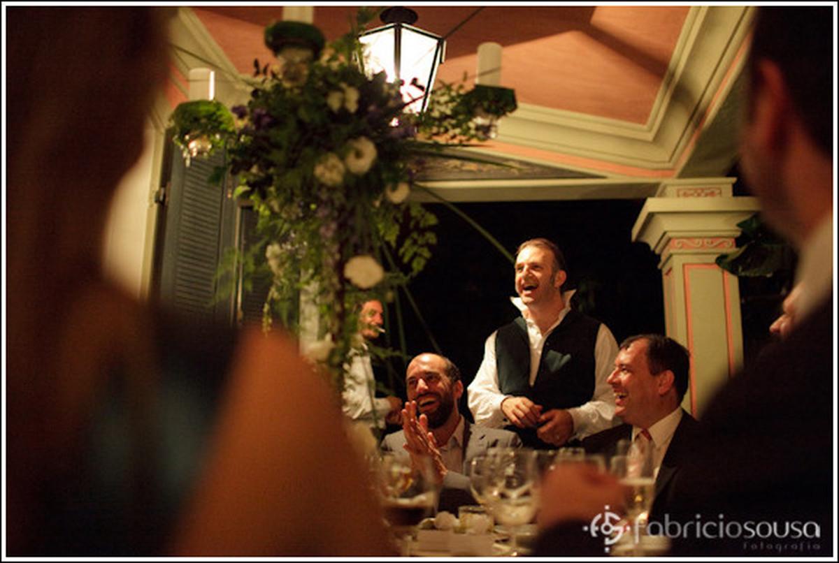 Noivo conversando com convidados