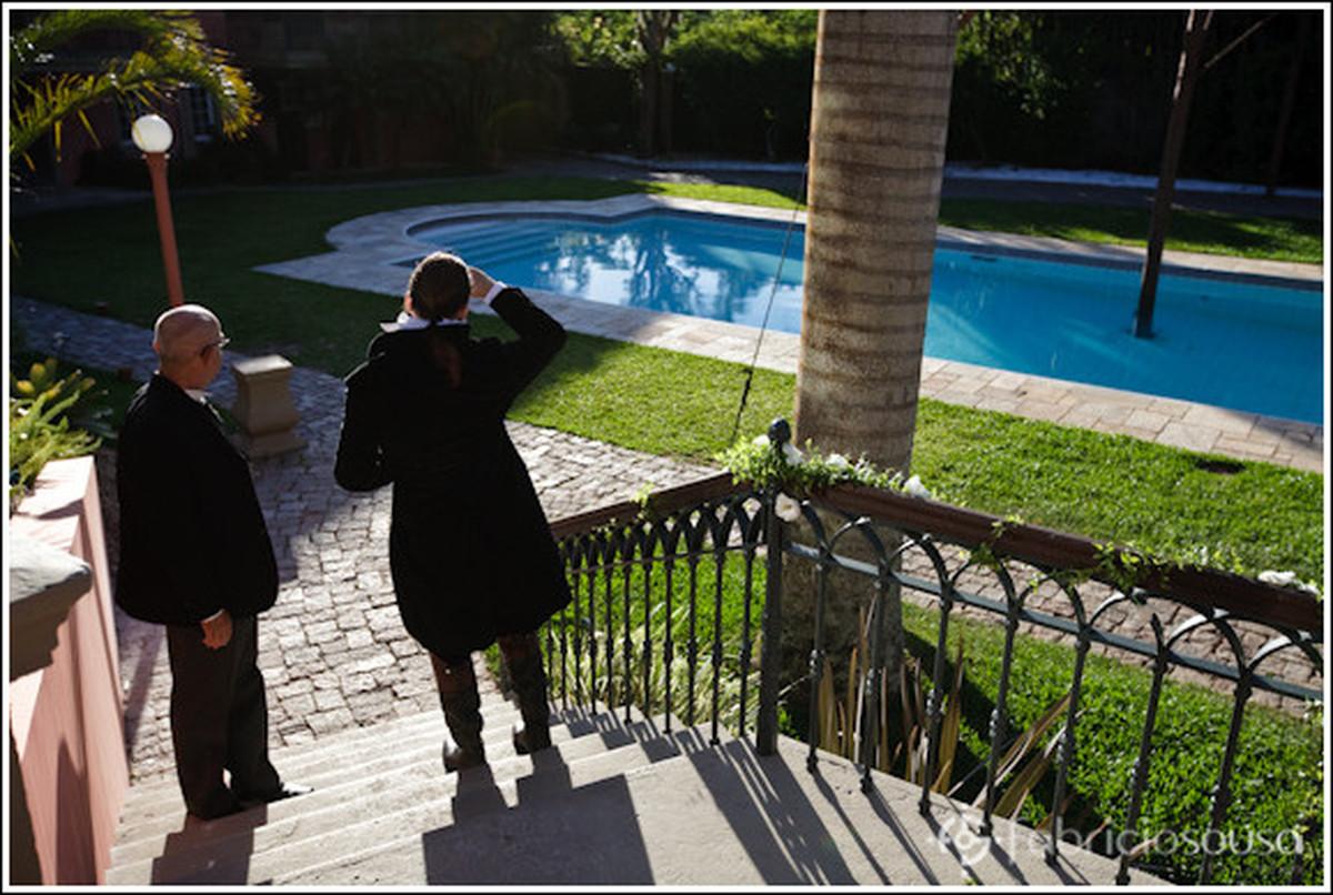 Maurizio aguarda a noiva na Casa Rosa em frente à piscina