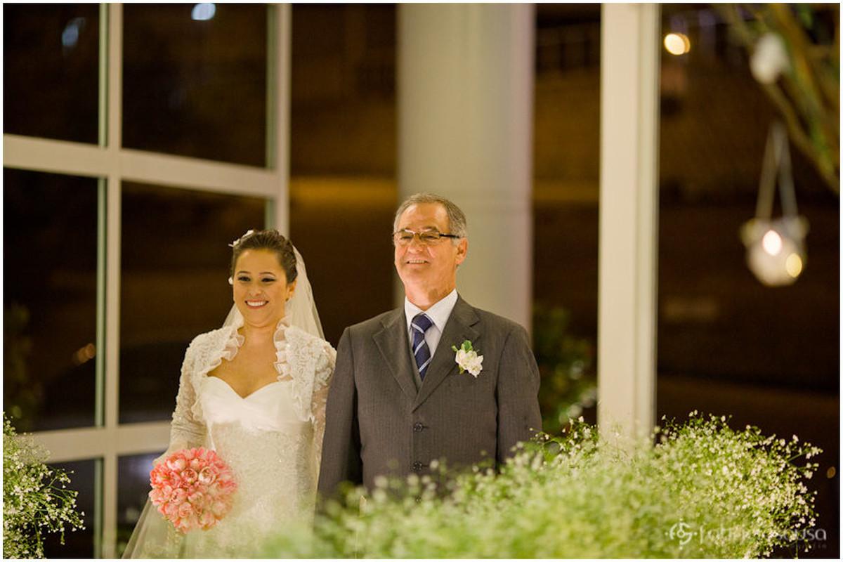 Noiva entra acompanhada de seu pai