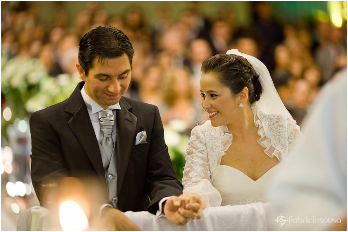 Noivo e noiva felizes no altar