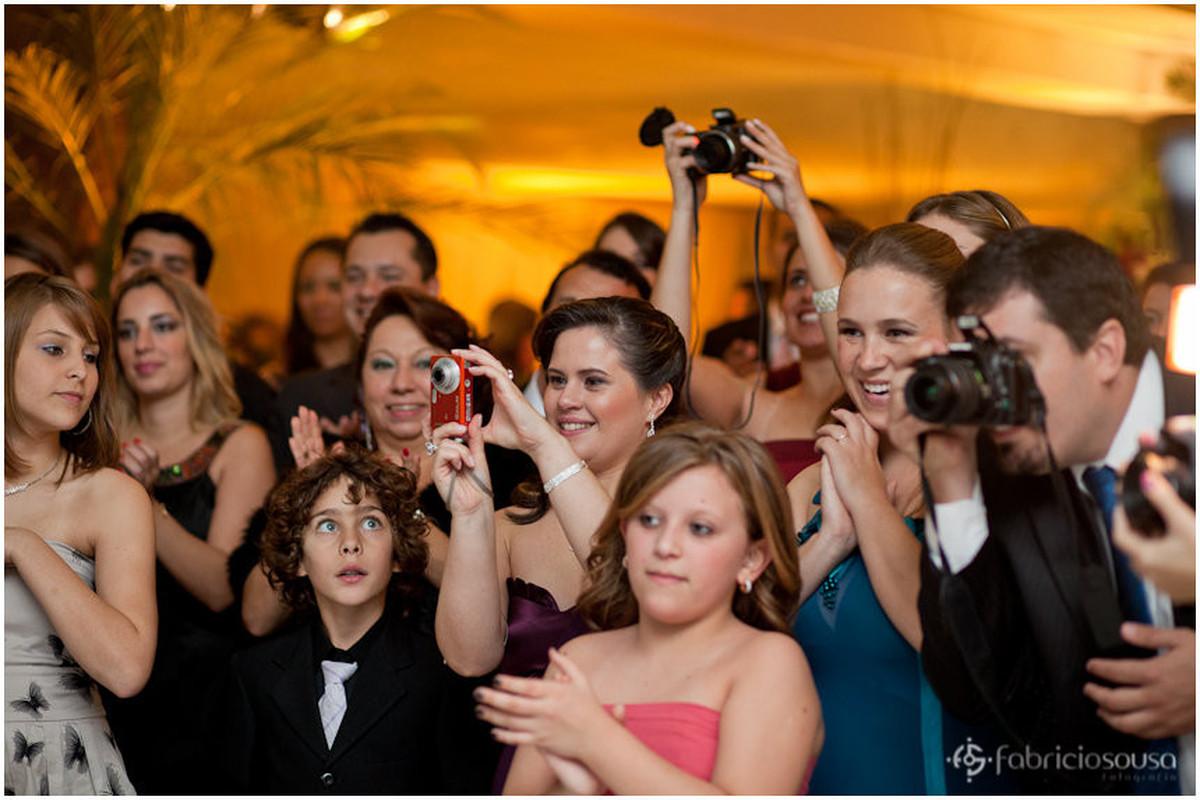 Amigos e parentes registram os passos dos recem casados