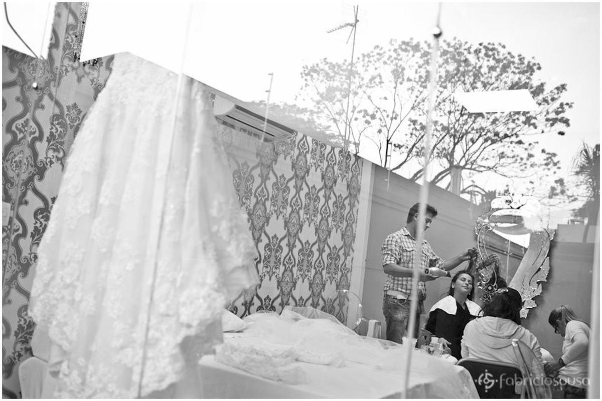 Preparativos da noiva e vestido pendurado em destaque