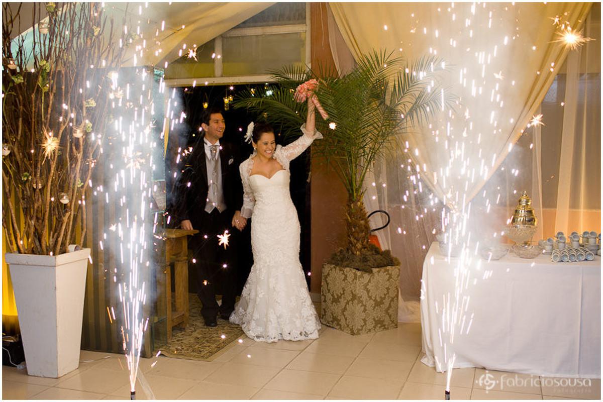Casal chegam à recepção com velas de faíscas